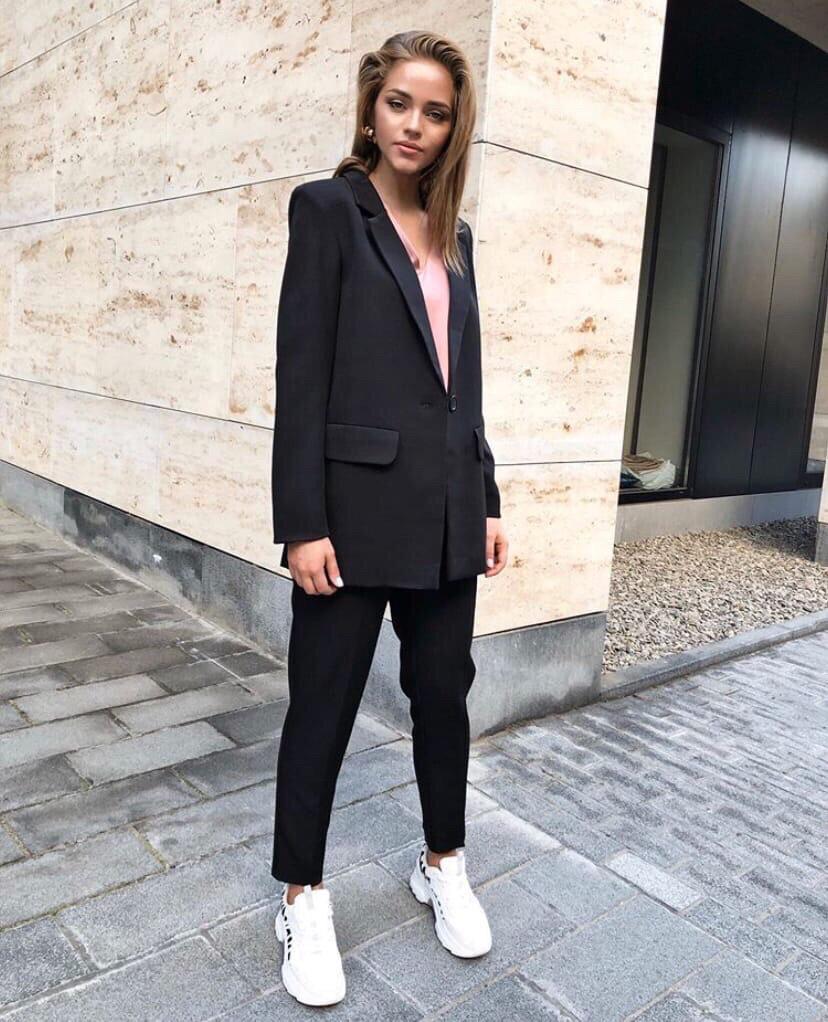 белые кроссовки деловым костюмом