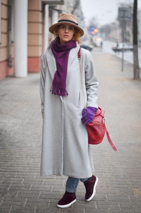 s-kakim-sharfom-nosit-palto-halat